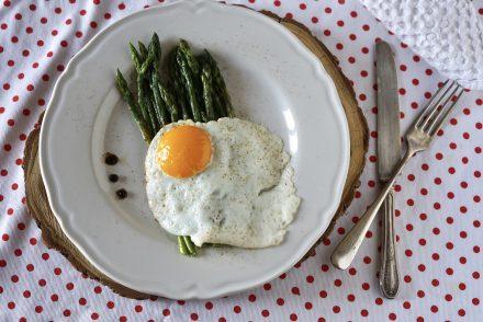 asparagi e uova al tegamino