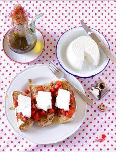 crostoni pomodorini ricotta e aceto balsamico